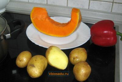 На фото набор овощей для тыквенного супа: картофель, паприка, тыква