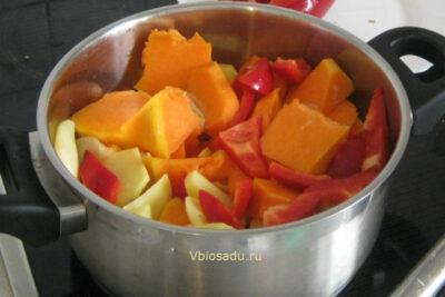 На фото кастрюля с нарезанными овощами для тыквенного супа